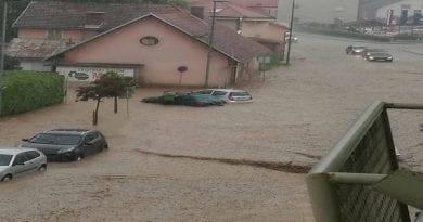 Neurje zajelo sever države, na Koroškem ulice povsem pod vodo