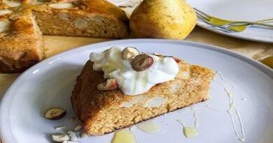Enostaven polentin kolač s hruško